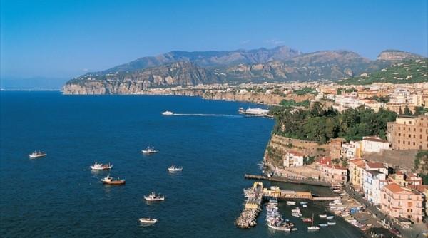 панорамы Неаполитанского залива с площади Бельведере в Поццуоли