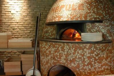 для этой пиццы использую свежий сыр моццарелла, изготовленный на южных Апеннинах, сливообразные томаты сорта Сан Марцано, и базилик.