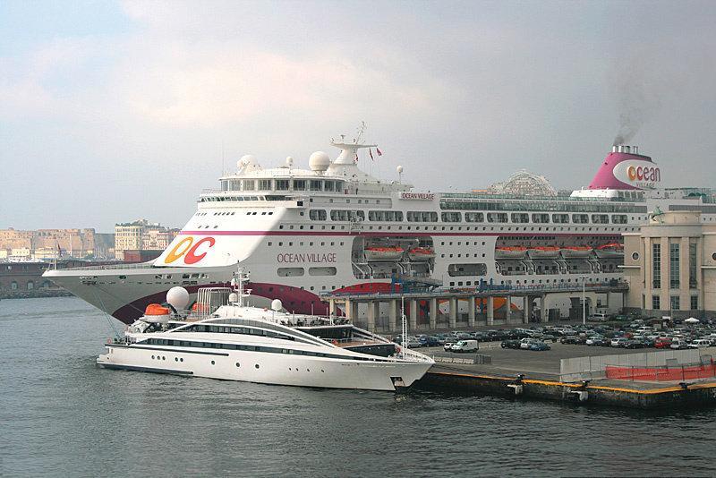 Морской порт - паромы в Неаполе