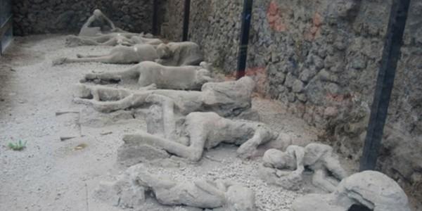 окаменелые останки людей.в Помпеи