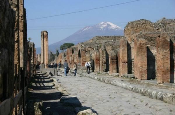 Из Неаполя очень легко добраться до загадочного города Помпеи
