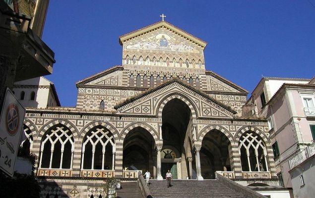 Собор Сант Андреа построен в арабско-норманском стиле.