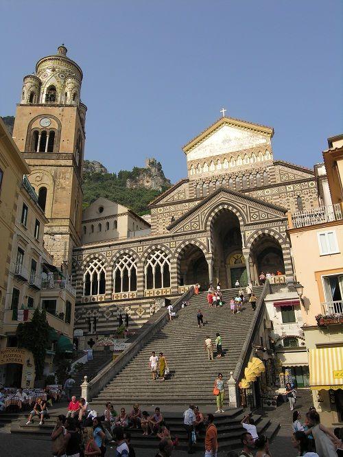 Собор Сант Андреа с монументальной лестницей