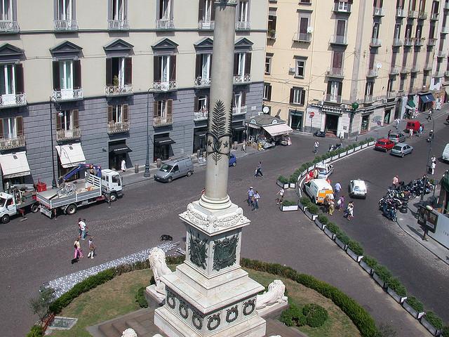 площадь посвящена павшим за свободу неаполитанцам.