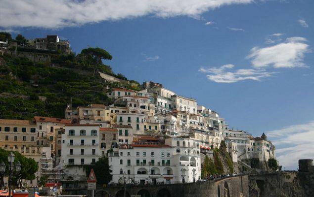 цеплялясь за скалы, показался город Позитано