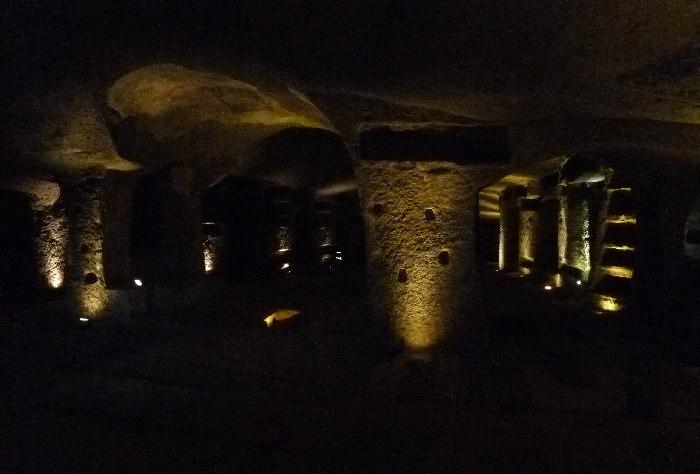 с широкими галереями и просторными погребальными нишами