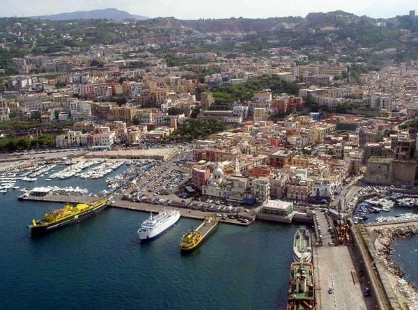 Поццуоли — городок в регионе Кампания, небольшой порт