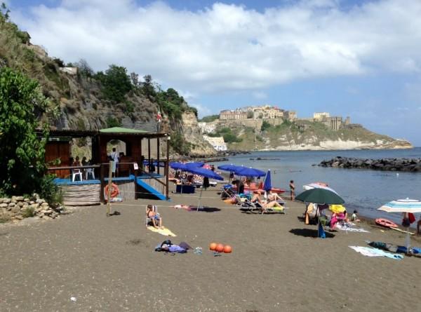 Черные пляжи у побережья острова Прочида
