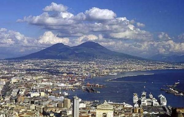 На берегу Неаполитанского залива возвышается вулкан