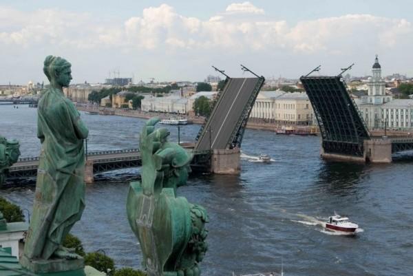 Санкт-Петербург является центром Ленинградской области