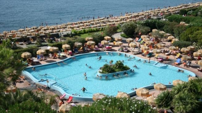 Насладиться купанием можно также в знаменитых термальных парках «Сады Эдема» и «Сады Посейдона»