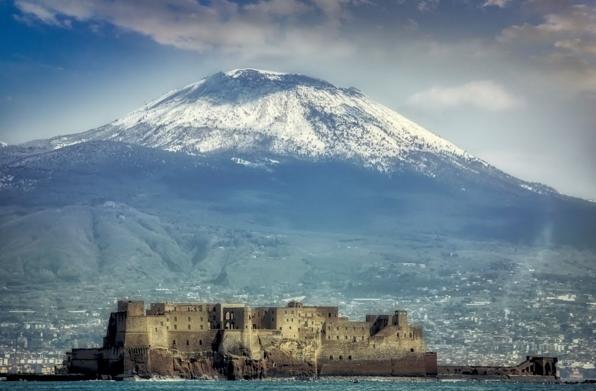 Во время обзорной экскурсии по городу туристы имеют возможность оказаться у подножия действующего вулкана Везувия