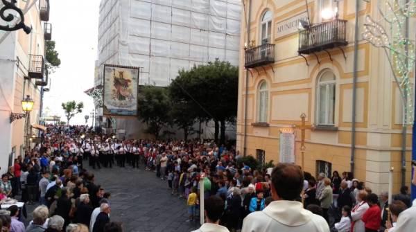 крестного хода от базилики святой Трофимены по улицам города Минори