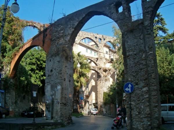 В городе Салерно сохранились остатки древнего водопровода, акведука