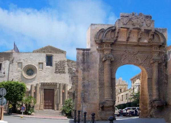 несколько красивых ворот Porta San Salvatore в Шакке