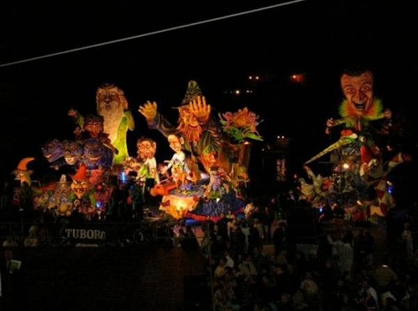 Каждый год в августе в городе можно увидеть незабываемый карнавал - По