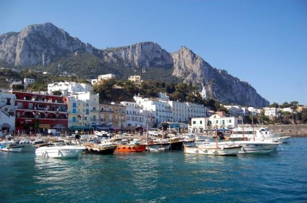 Капри – это роскошная растительность и кажущееся недоступным побережье