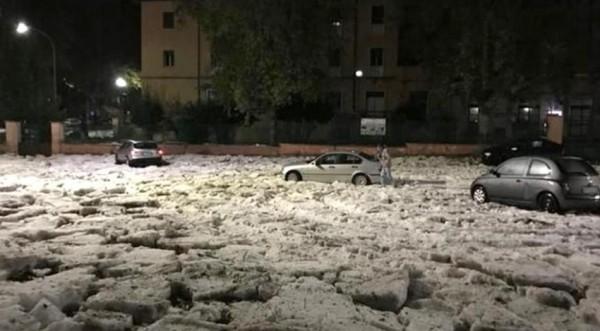 Рим: Сильный дождь с градом затопил улицы и метро города