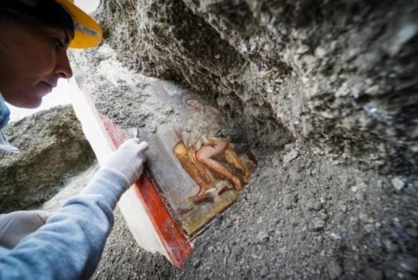 Археологи в Помпеях обнаружили хорошо сохранившуюся эротическую фреску