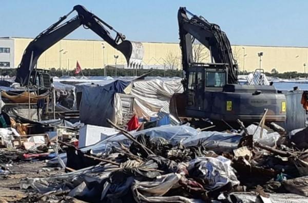 Калабрия: власти сносят бараки нелегальных батраков