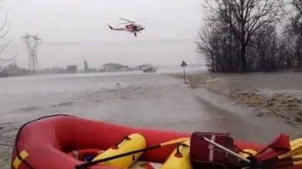 Болонья: из-за мощного наводнения людей вывозят на вертолетах
