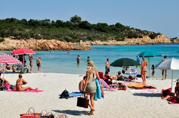 Сардиния: Полиция острова охраняет песок на пляжах от краж туристов