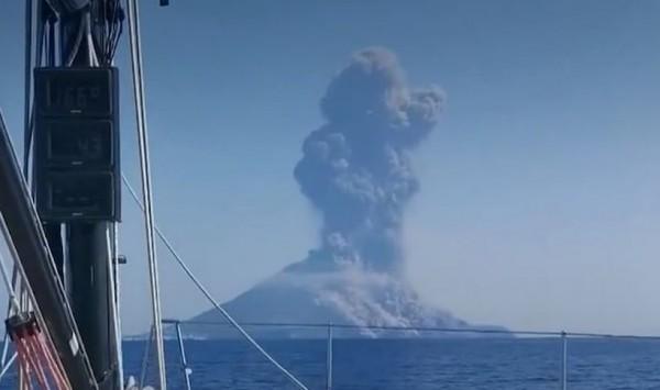 Сицилия: Туристы в панике - новое извержение вулкана Стромболи