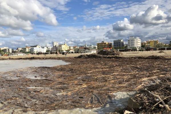 На пляжи Римини речные стоки принесли мусор
