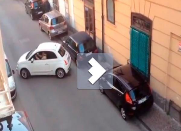 В Неаполе Fiat 500 перегородил целую улицу