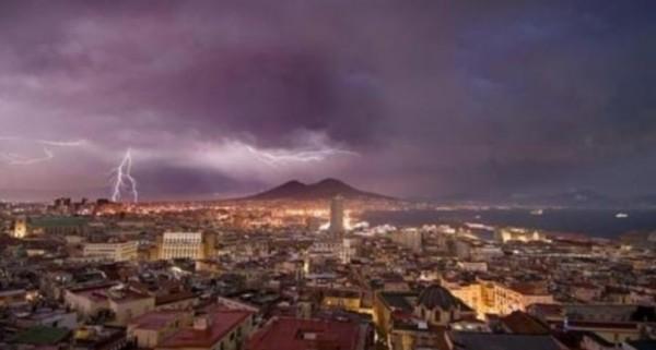 Гроза в Неаполе: фото молний на Везувии облетело весь мир