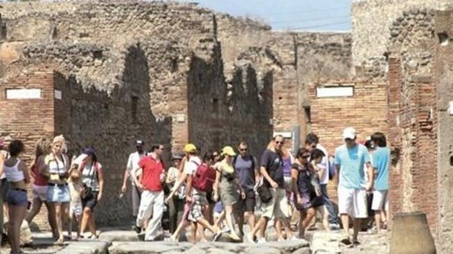 Скандал в Помпеях: из-за закрытия древнего города тысячи туристов ждали открытия музея на солнце