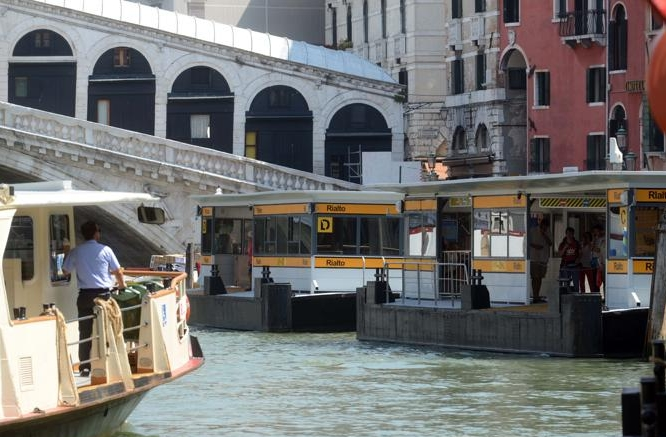 Венеция - открытие причала около моста Риальто