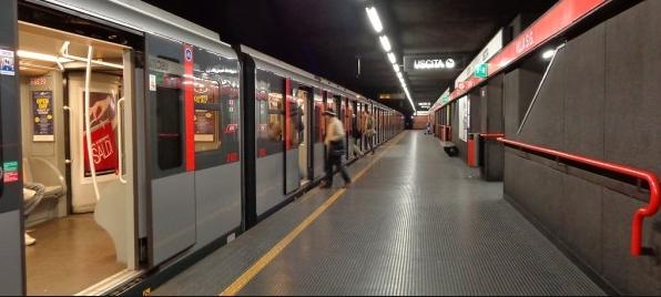 Пассажиры метро в Риме пережили страшный шок в среду утром, когда ехали в полном поезде с широко открытыми дверями