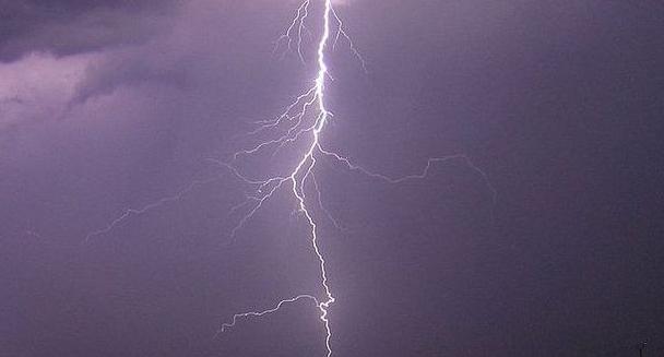 Молодая неаполитанка, находясь в собственном доме, была поражена молнией