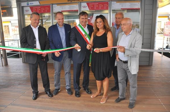 открытие причала около моста Риальто, сам мэр Венеции, Луиджи Бруньяно, перерезал ленточку