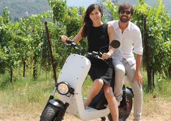 Итальянцы придумали электрический скутер, заряжающий гаджеты. Его можно купить за 4790 евро в одном из двух цветов – белый или черный