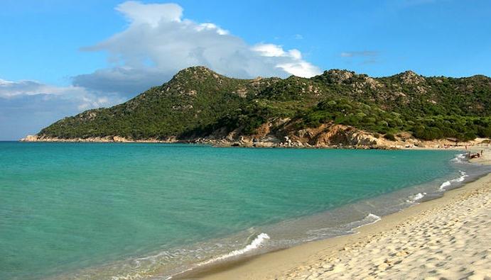 Сардиния. Белоснежный песок, отливающий розовым оттенком - пляж Кала Пира для туристов с детьми