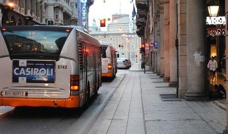 вое мужчин были подвержены нападению со стороны женщины и ее друзей в автобусе в Генуе в июле