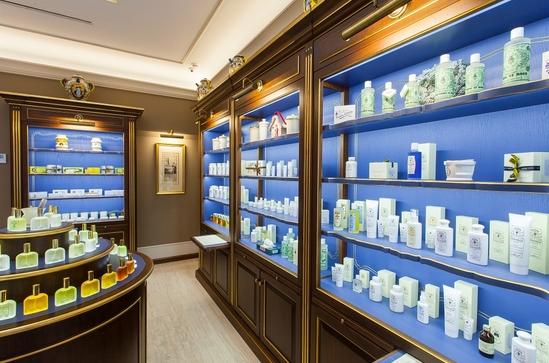 Каждый товар Santa Maria Novella имеет уникальную историю создания. Так, фирменный парфюм Santa Maria Novella разрабатывался лично для королевы Франции Екатерины Медичи