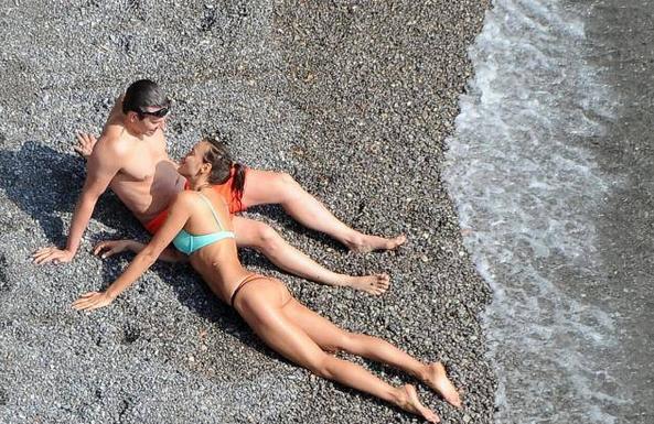 Ира Шейк и Брэдли Купер провели время у моря, страстно целуясь на пляже