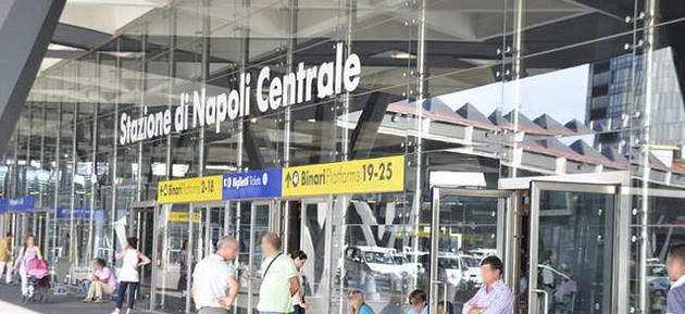 По рельсам железнодорожного вокзала Неаполя бегал человек и кричал, что хочет свести счёты с жизнью