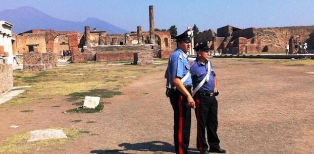 Голландский турист крадет реликвию Помпеи, чтобы заплатить за айфон