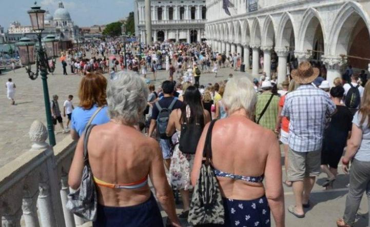 В Венеции власти города запретили туристам ходить в купальниках по городу