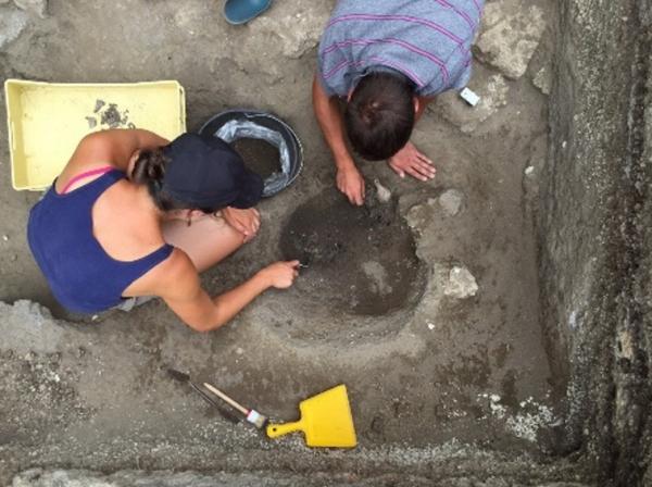 Помпеи, при раскопках обнаружены урна с останками ребенка и могила жрицы