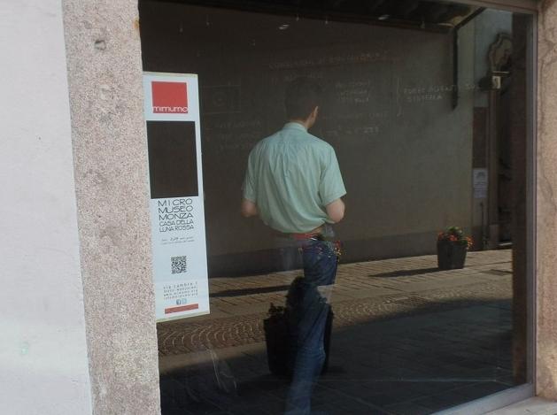 Итальянский профессор устроил показательную лекцию в витрине самого маленького музея в мире