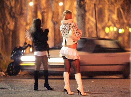Жрицы любви в Италии обязаны носить светоотражающие жилеты