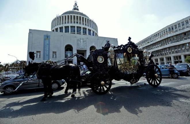 Босс местной мафии был похоронен в Риме с особой помпезностью