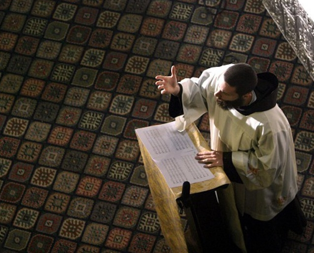 """Кампания. """"Простите меня, я умираю"""", - приходской священник умер во время похоронной проповеди"""