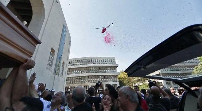 Окончились похороны босса римской мафии дождем из розовых лепестков, разбрасываемых с вертолета
