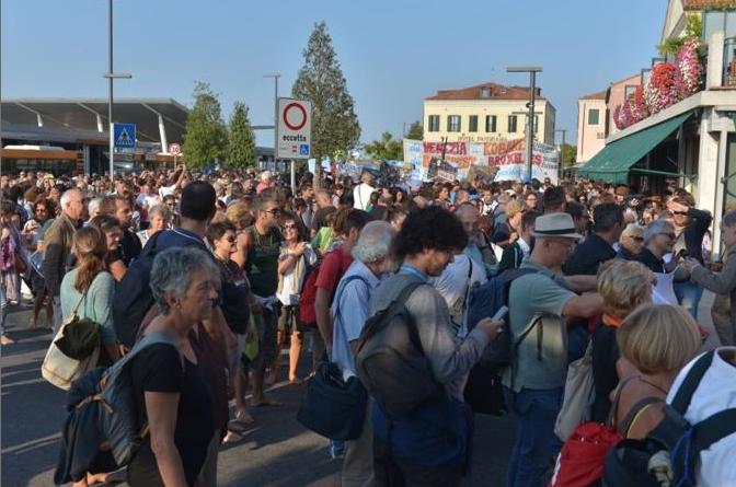 Лидо-ди-Венеция, более двух тысяч босых манифестантов